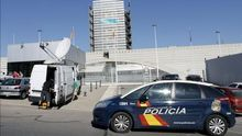 La policía frente a la sede de Canal 9 en Burjassot