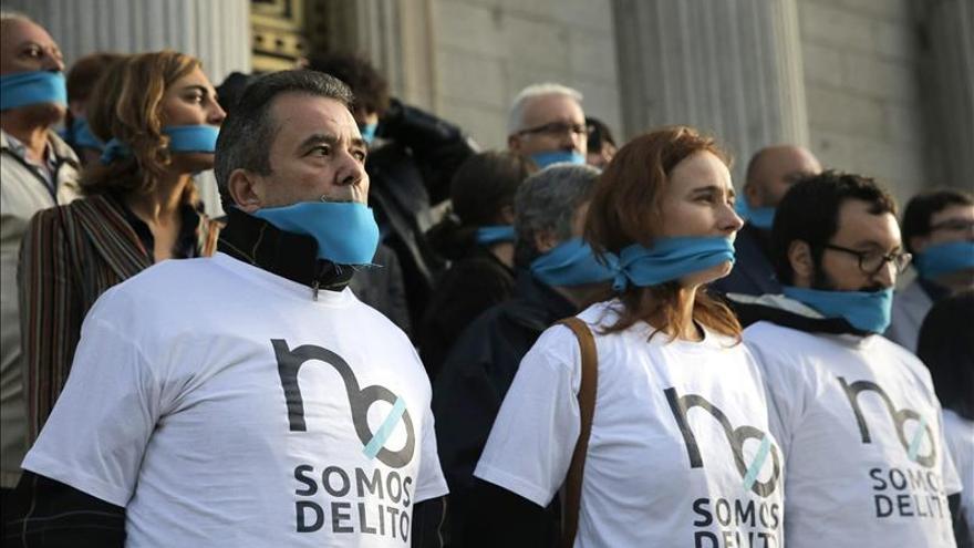 Varias plataformas protestan en el Congreso contra ley de seguridad ciudadana.