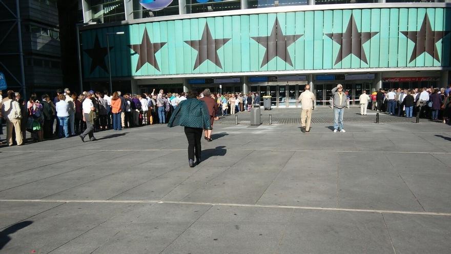 Largas colas de simpatizantes esperan a las puertas del Palacio de los Deportes al cierre de campaña del PP