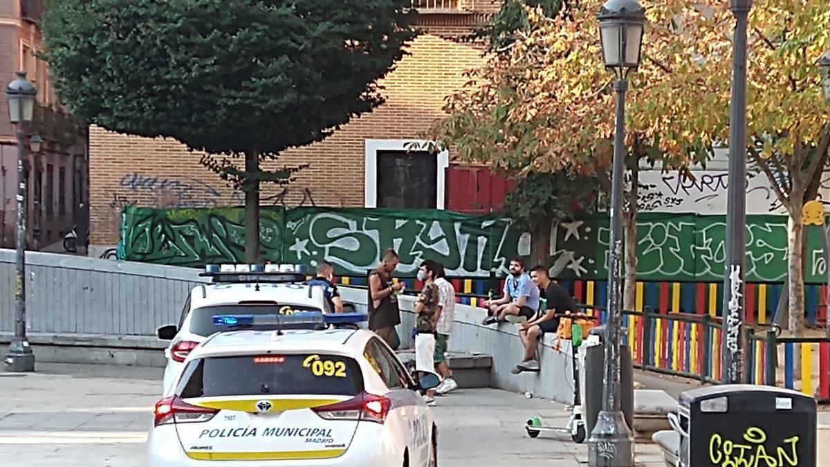 Intervención policial en la plaza del Dos de Mayo un miércoles de agosto, a primera hora de la mañana