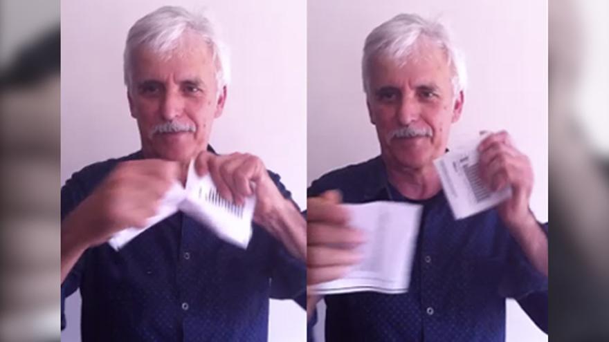 Kiko Veneno rompe su factura de la luz como muestra de su apoyo a la campaña. Foto: PNME