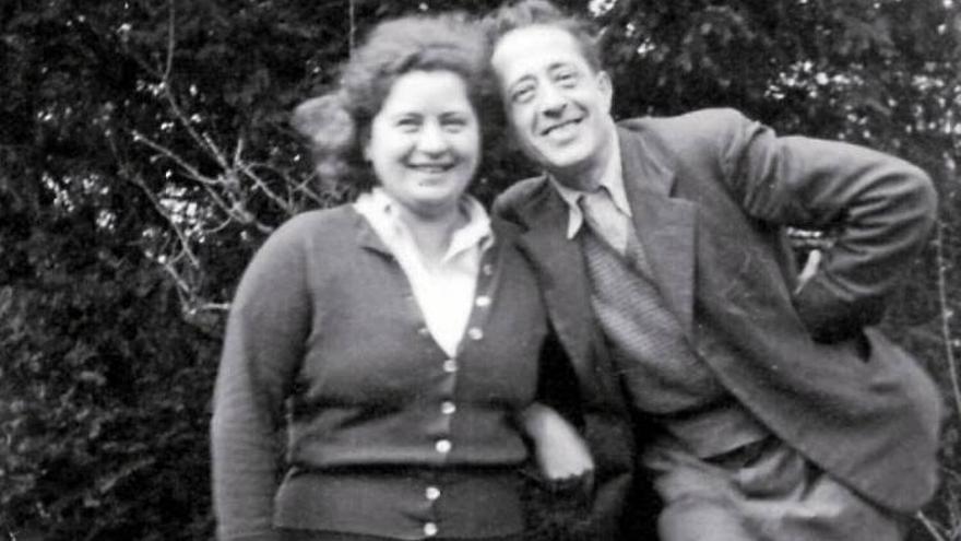 Arturo Barea, con su segunda esposa y traductora de sus libros al inglés, Ilse Kulcsar