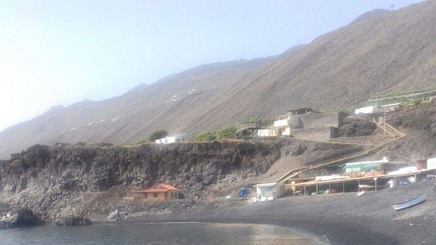 En la imagen, playa de Puntalarga, en la costa de Fuencaliente, con el agua turbia por las microalgas.