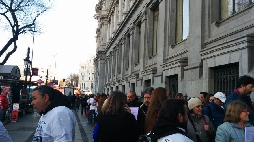 Unas 200 personas hacen cola para entregar su notificación en el Banco de España./ L.O.