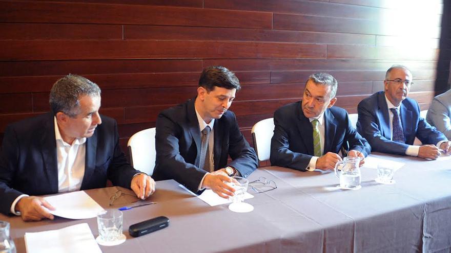 El presidente del Gobierno de Canarias, Paulino Rivero, mantiene una reunión con representantes institucionales, partidos políticos y colectivos ciudadanos en relación a la consulta sobre las prospecciones petrolíferas.