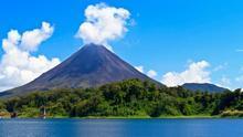 El Volcán de El Arenal se yergue sobre el azul de la laguna con sus más de 1.600 metros de altitud. Travel Local