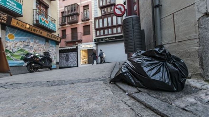 Bolsa de basura en el casco histórico de Toledo