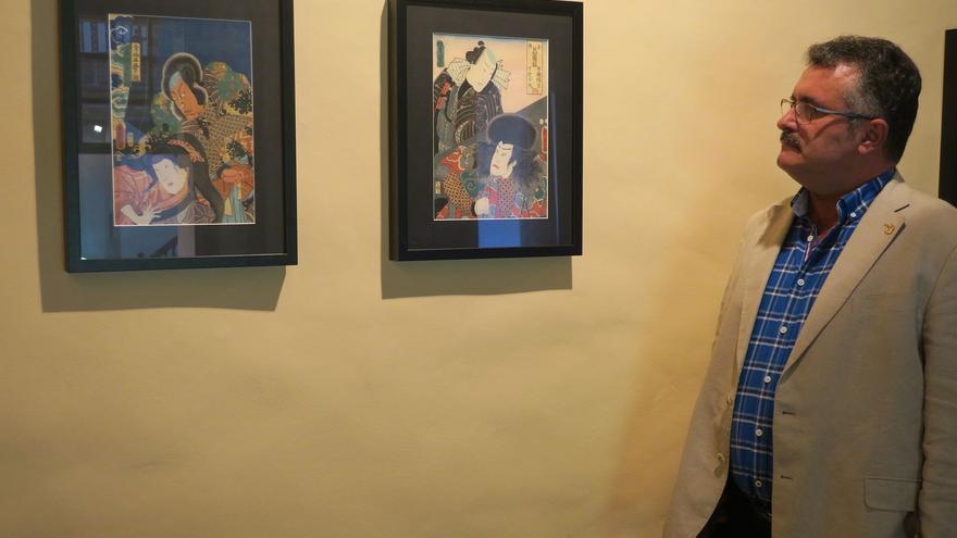 Primitivo Jerónimo en la exposición de grabados japoneses.