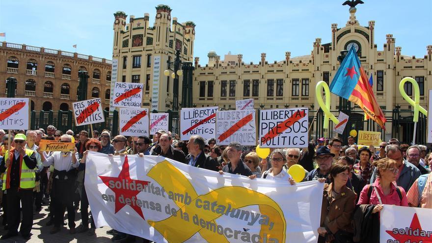 Un grupo de personas concentradas frente a la estación del Norte de Valencia se manifiestan para exigir la libertad de los políticos encarcelados por el 'procés'
