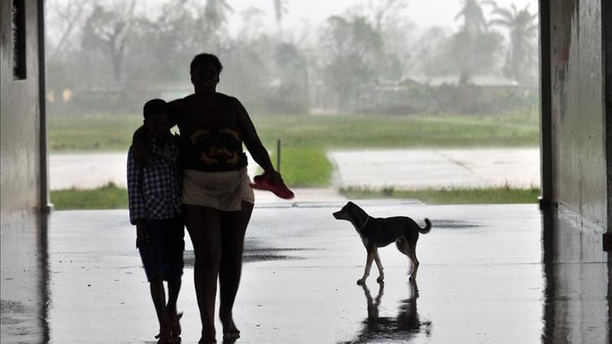 Dos fallecidos en el derrumbe de un edificio en La Habana por las fuertes lluvias