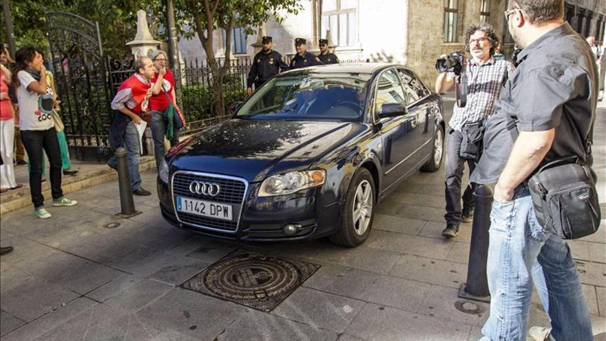 Trabajadores de RTVV increpan a Fabra a su salia de la Generalitat