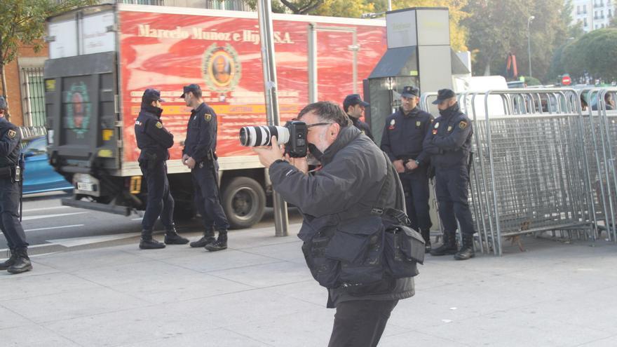"""Grabar imágenes """"no autorizadas"""" de los agentes de policía en el ejercicio de sus funciones: hasta 30.000 euros. Los vídeos y las fotografías de las manifestaciones en España han dejado claro el uso excesivo de la fuerza por parte de los agentes en los últimos años. Ahora, además, se amplían los poderes policiales y el número de sanciones, mientras la impunidad permanece intacta. Documentar abusos por parte de los agentes será cada vez más complicado bajo la amenaza de esas multas © AI"""