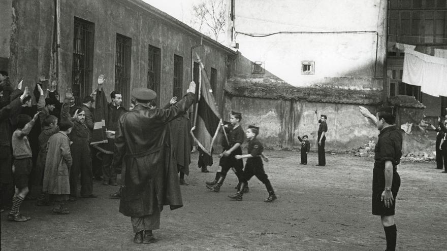 Miembros de las milicias de Falange Española se preparan para un desfile en Oviedo. 1937. Florentino López, «Floro». Museo del Pueblo de Asturias