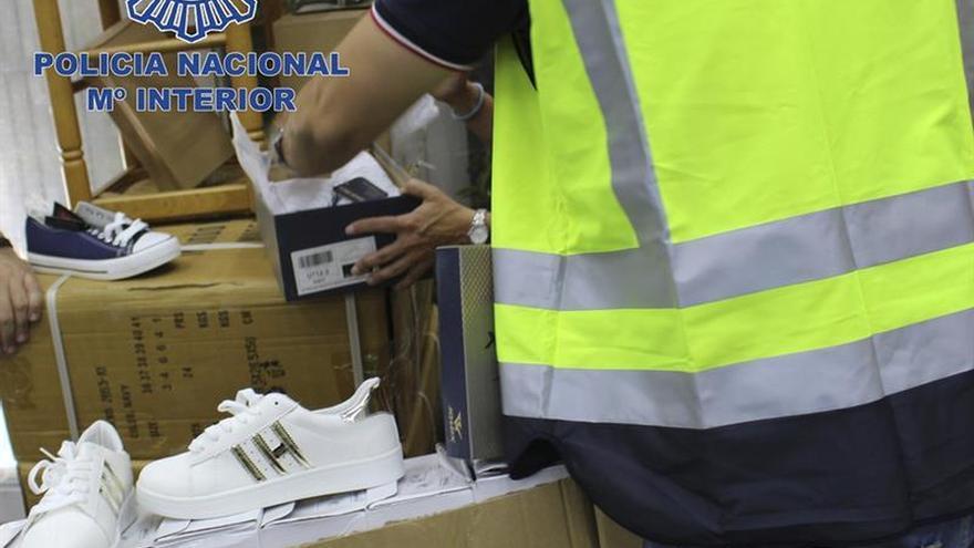 Intervienen más de 5.500 zapatillas falsificadas de una conocida marca