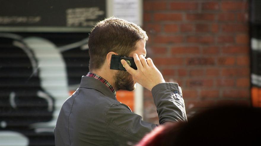Un hombre hablando por teléfono