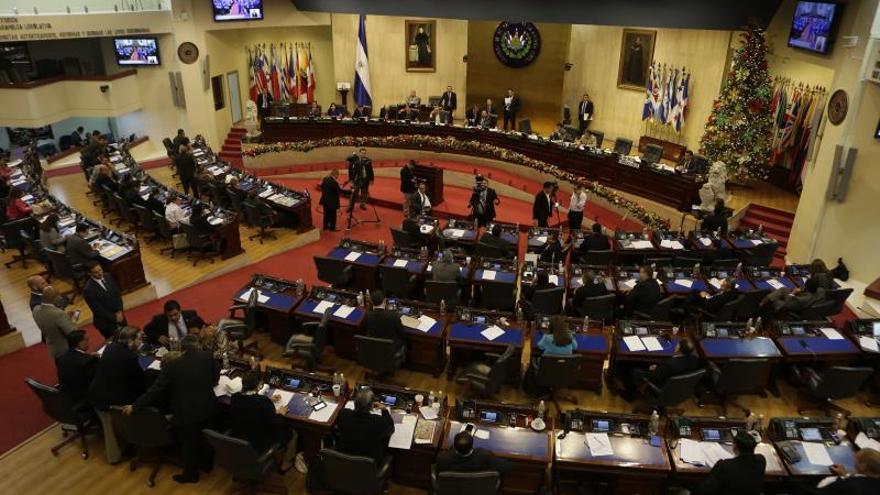 """La iniciativa, actualmente en manos de los diputados de la Comisión de Legislación y Puntos Constitucionales, busca que la violación de """"menor o incapaz"""" sea castigada con 25 años de prisión. Vista general de una sesión del Congreso de El Salvador."""