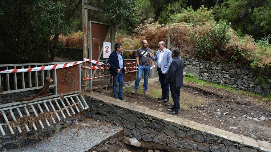 Martín Taño, Yeray Rodríguez, Anselmo Pestena  Primitivo Jerónimo, en  el Parque Cultural de La Zarza, uno de los entornos donde las lluvias provocaron desperfectos.