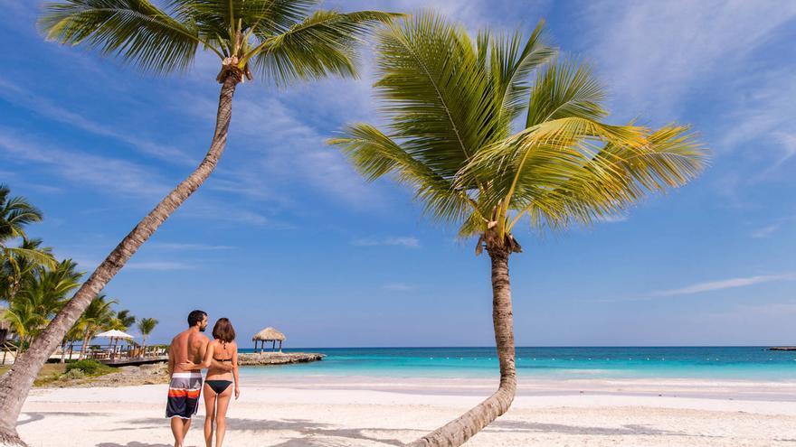 Una pareja camina por Playa Blanca, una de las playas de Punta Cana. TURISMO REPÚBLICA DOMINICANA
