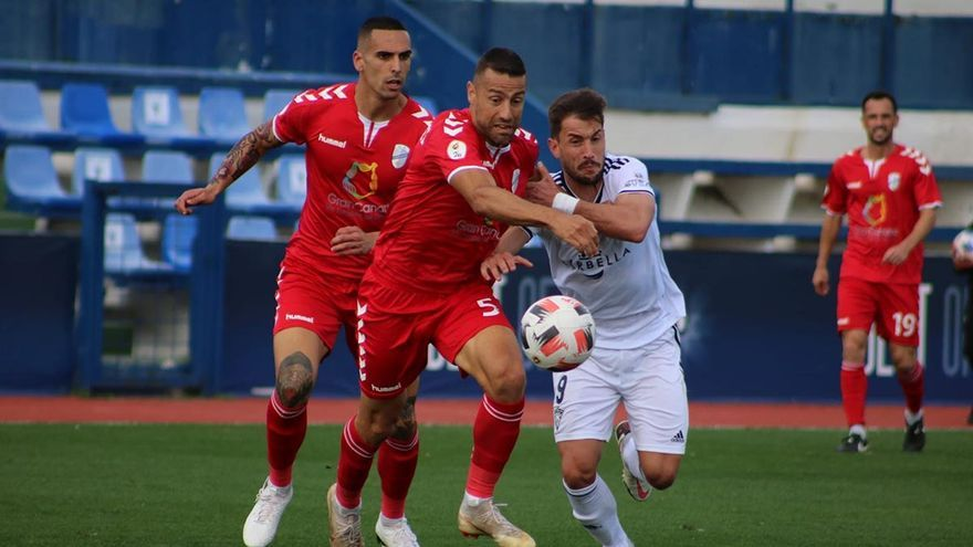 Jugadores del Tamaraceite, de rojo, durante un partido