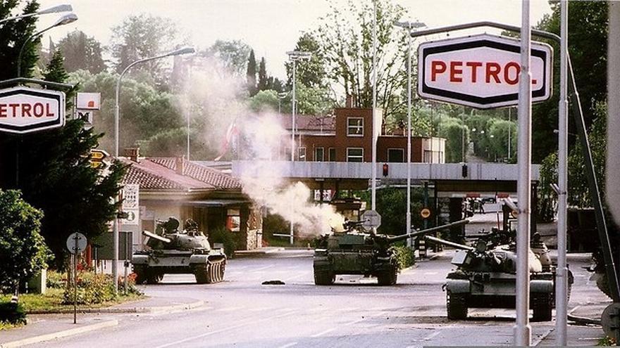 Tanques yugoslavos emboscados por guerrillas eslovenas en el puesto fronterizo de Rožna Dolina, en 1991.