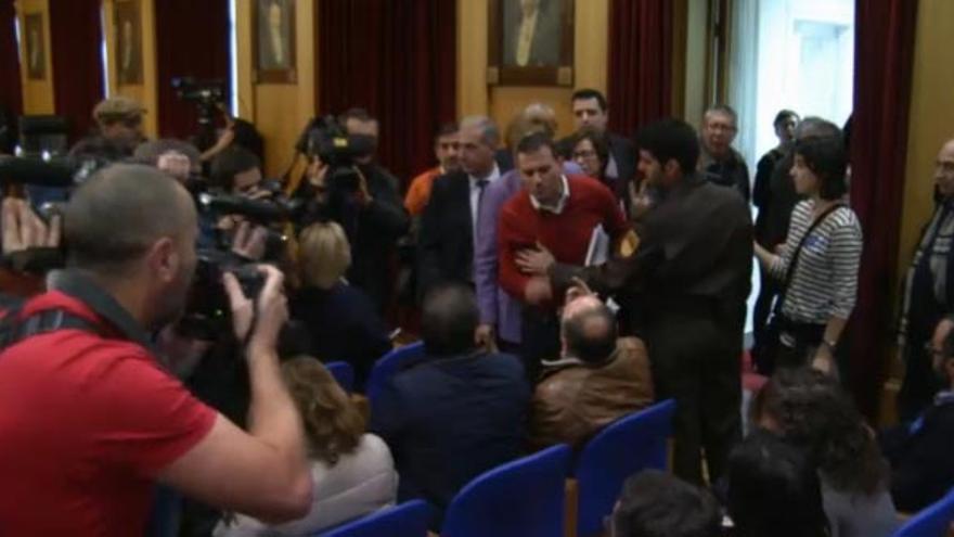 El portavoz socialista se encara con cargos del PP tras ser increpado