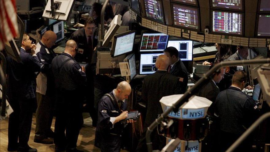 Wall Street sigue mixto y el Dow Jones baja un 0,28 por ciento a media sesión