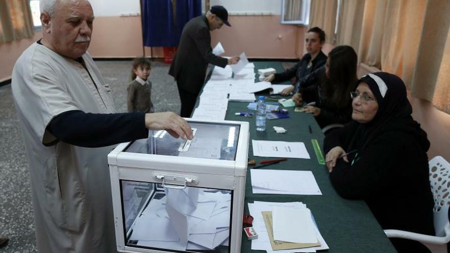 Un ciudadano vota en un colegio electoral en Argel (Argelia)