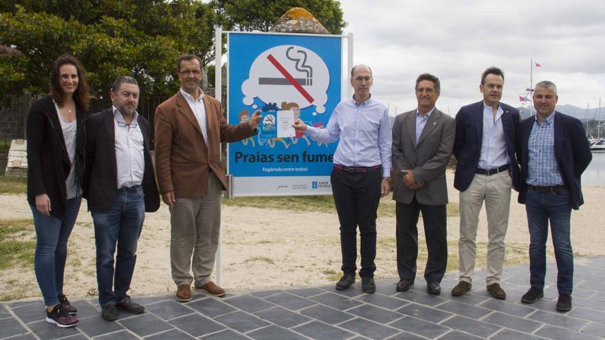 El conselleiro de Sanidad de la Xunta y ex-alcalde de Baiona, Jesús Vázquez Almuiña, el único sin chaqueta en la imagen, en un acto de playas sin humo en ese municipio