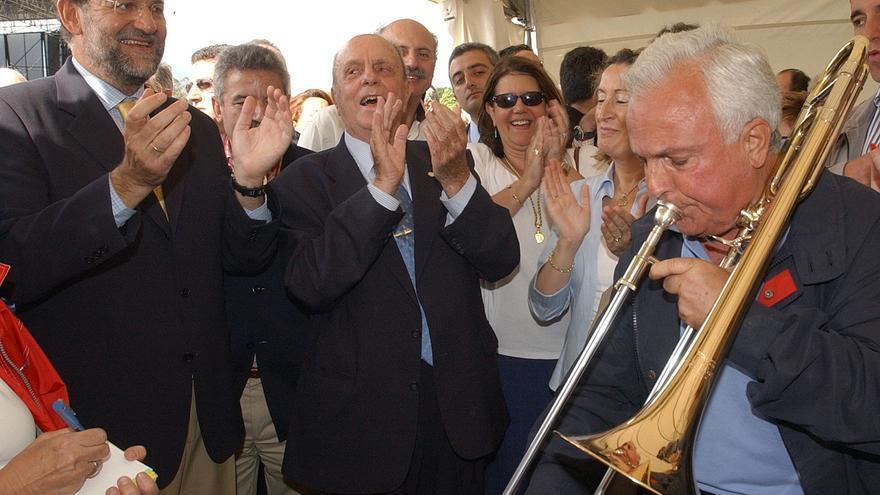 Baltar toca el trombón en honor a Rajoy en 2003 / EFE