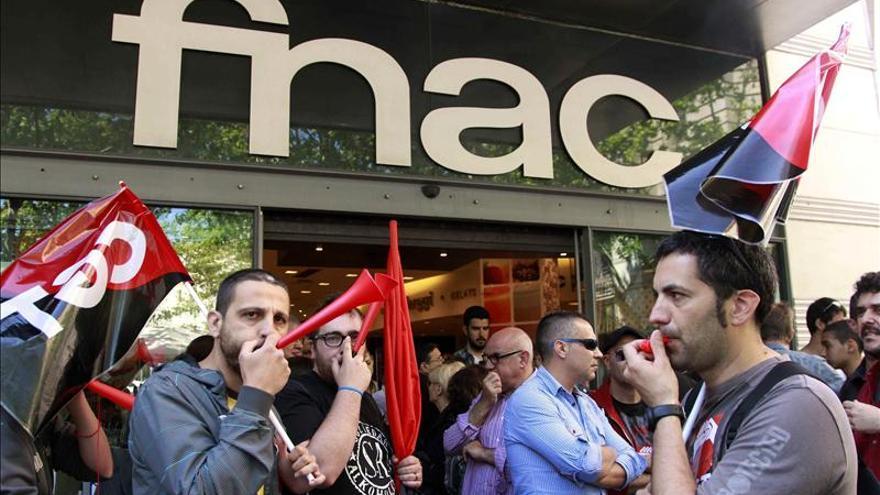 Protesta de trabajadores de FNAC por Sant Jordi  foto: Enric Català