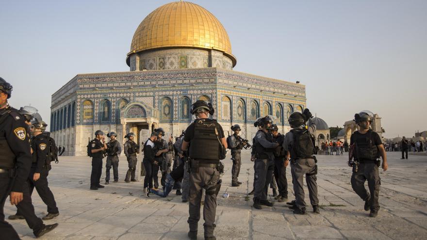 Policía antidisturbios israelí junto a la mezquita de Al Aqsa en la Ciudad Vieja de Jerusalén