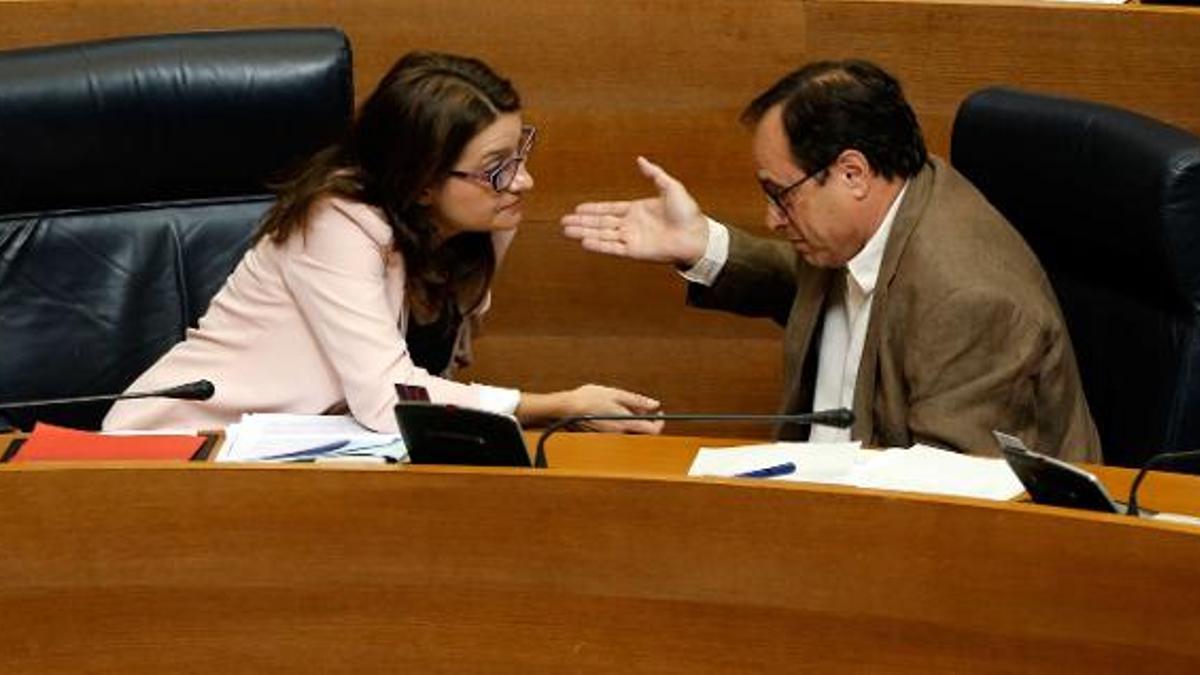 La vicepresidenta Mónica Oltra y el conseller de Hacienda, Vicent Soler, en las Corts Valencianes.