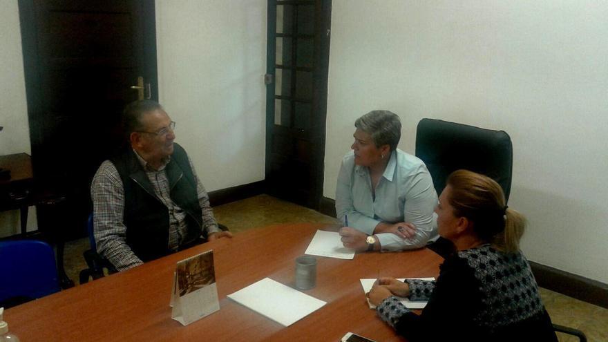 El presidente de Cáritas Arciprestal en Los Llanos de Aridane, Raúl Zamora; la alcaldesa del municipio, Noelia García (c), y la concejal de Servicios Sociales, Elena Pais.