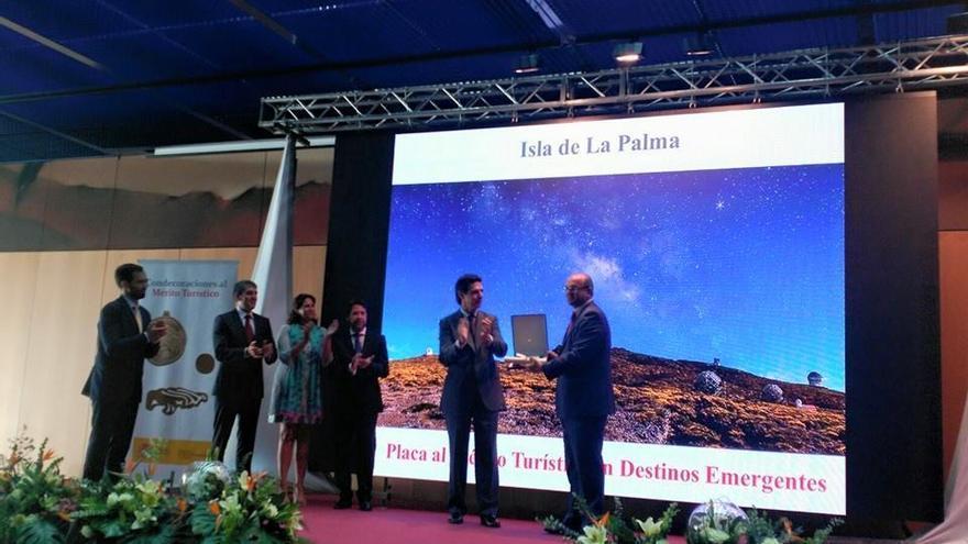 En la imagen, momento en el ministro entrega al presidente del Cabildo la placa al Mérito Turistico concedida a La Palma.