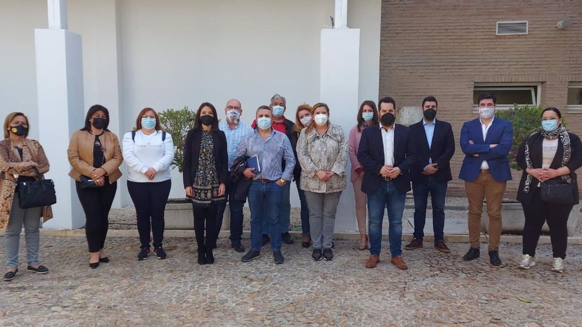 Representantes de Cs con los feriantes en Lucena.