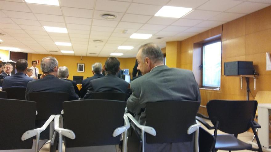 Miguel Zerolo, de espalda y a la derecha, en una sesión del juicio por el caso Las Teresitas