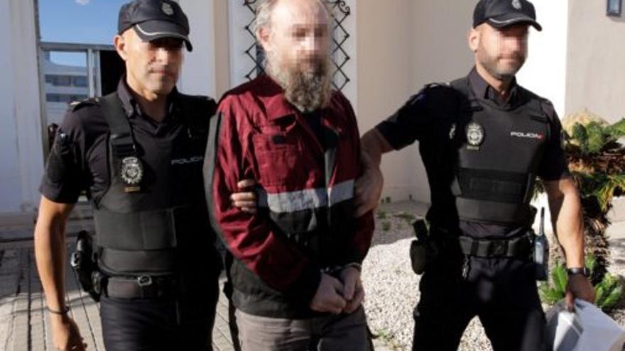 El acusado de asesinar a su expareja, el pasado martes en Dénia escoltado por la Policía Nacional.