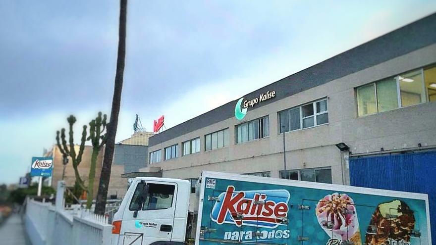 Un camión junto a la fábrica de Kalise en Las Palmas de Gran Canaria.