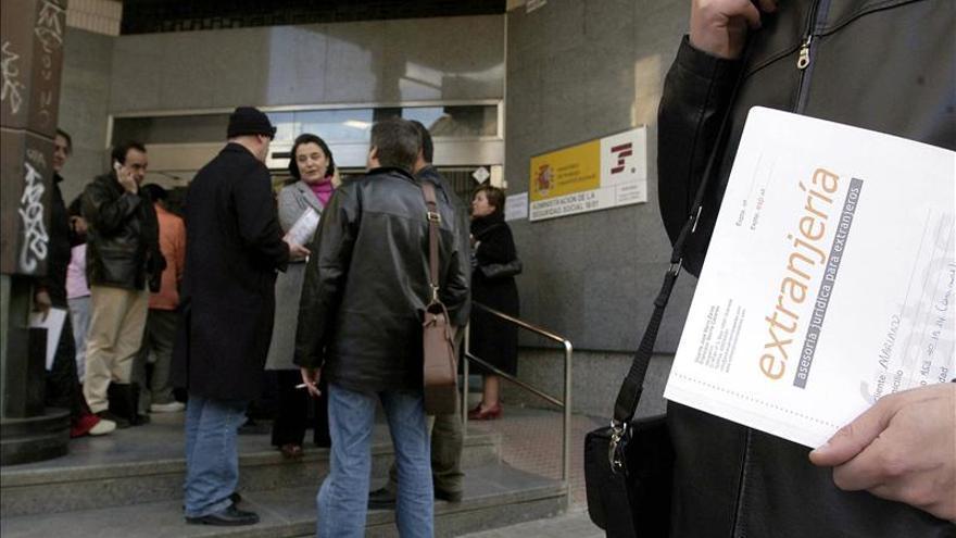 Cola en la oficina de la Seguridad Social para tramitar los papeles de la regularización | Efe