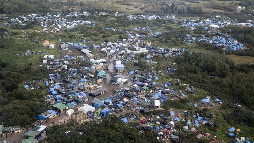 Vista aérea del campo improvisado de refugiados y migrantes en Calais (Francia)./ Efe.
