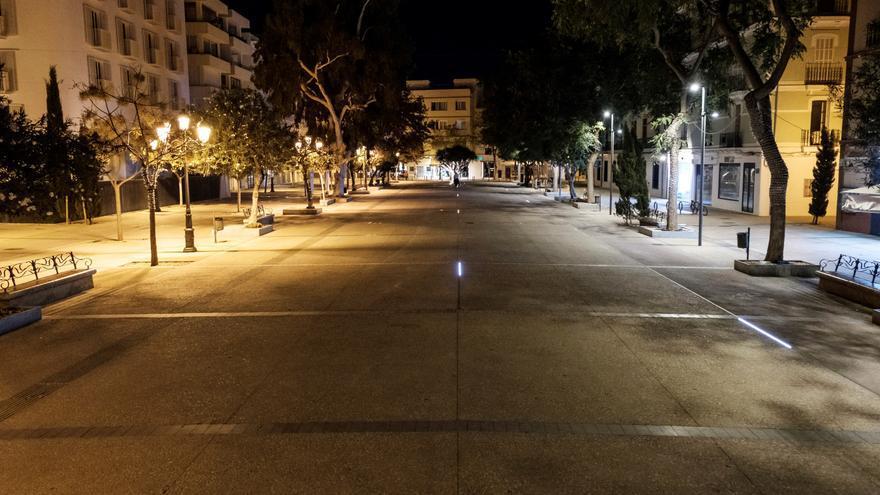 Una calle de Ibiza tras el toque de queda.