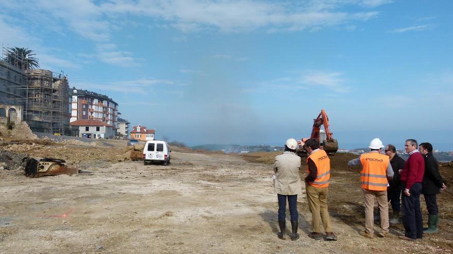 Andrés Ruiz Moya en una visita a las obras de construcción del parking de La Bárcena.