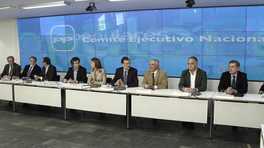 Miembros del PP alertan por la falta de coordinación entre Gobierno y partido, y las voces libres de los 'barones'