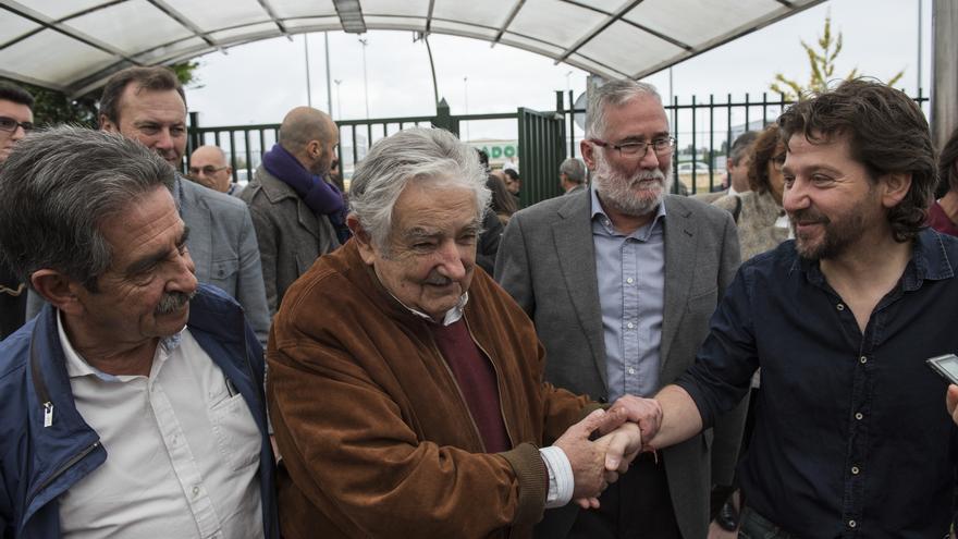 Mujica, a su llegada al instituto, junto a Revilla y el consejero de Educación de Cantabria. | JAVO DÍAZ