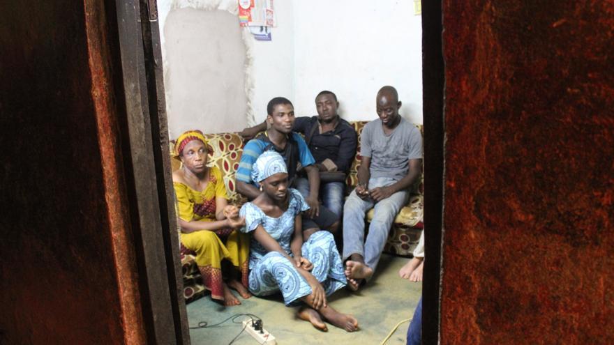 La familia de Daouda Mohama, junto con los hermanos de otras dos víctimas del Tarajal, en su casa de Duala.