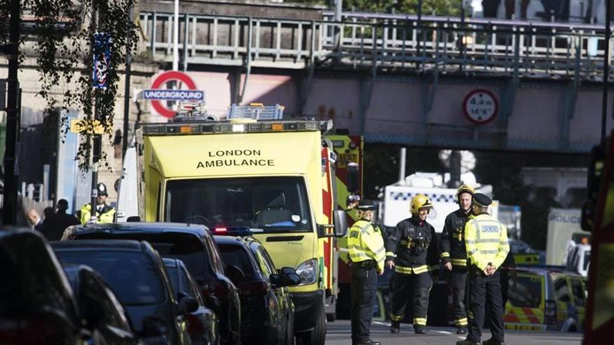 Miembros de los servicios de emergencia acordonan la zona de la estación de metro Parsons Green en Londres (Reino Unido) tras una explosión este 15 de septiembre.