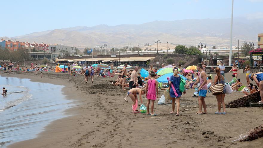 Vecinos y usuarios disfrutando de una jornada de playa en Salinetas.