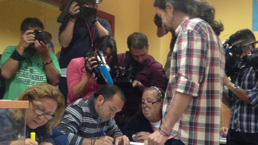 """Pablo Iglesias vota en Vallecas """"emocionado"""" por el comienzo del """"ciclo del cambio"""""""