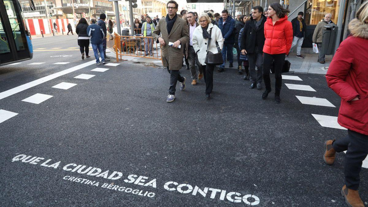 Carmena en su paseo por la Gran Vía hasta la Plaza de Pedro Zerolo   AYUNTAMIENTO DE MADRID