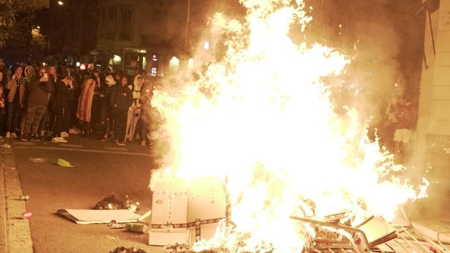 Hoguera en la calle durante una nueva noche de protestas en Barcelona
